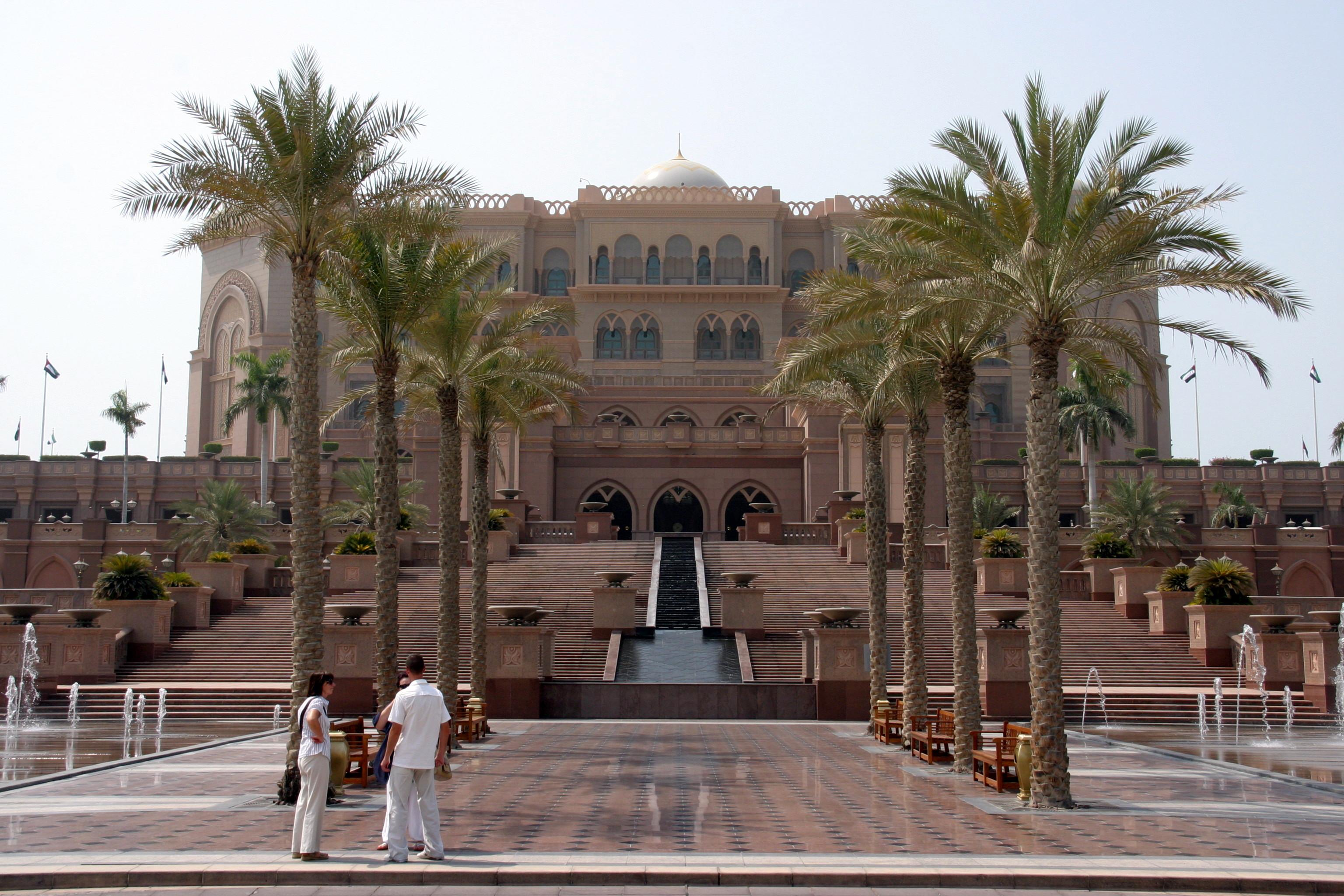 Emirates Palace a legdrágább és legelegánsabb hotel a városban, és a királyok és hercegek itt szoktak megszállni. A mezei turista is beteheti a lábát előzetes regisztrációval, és egy kötelező benti fogyasztással. Elég ehhez egy mezei kávét rendel, amit aranyporral szórnak meg.