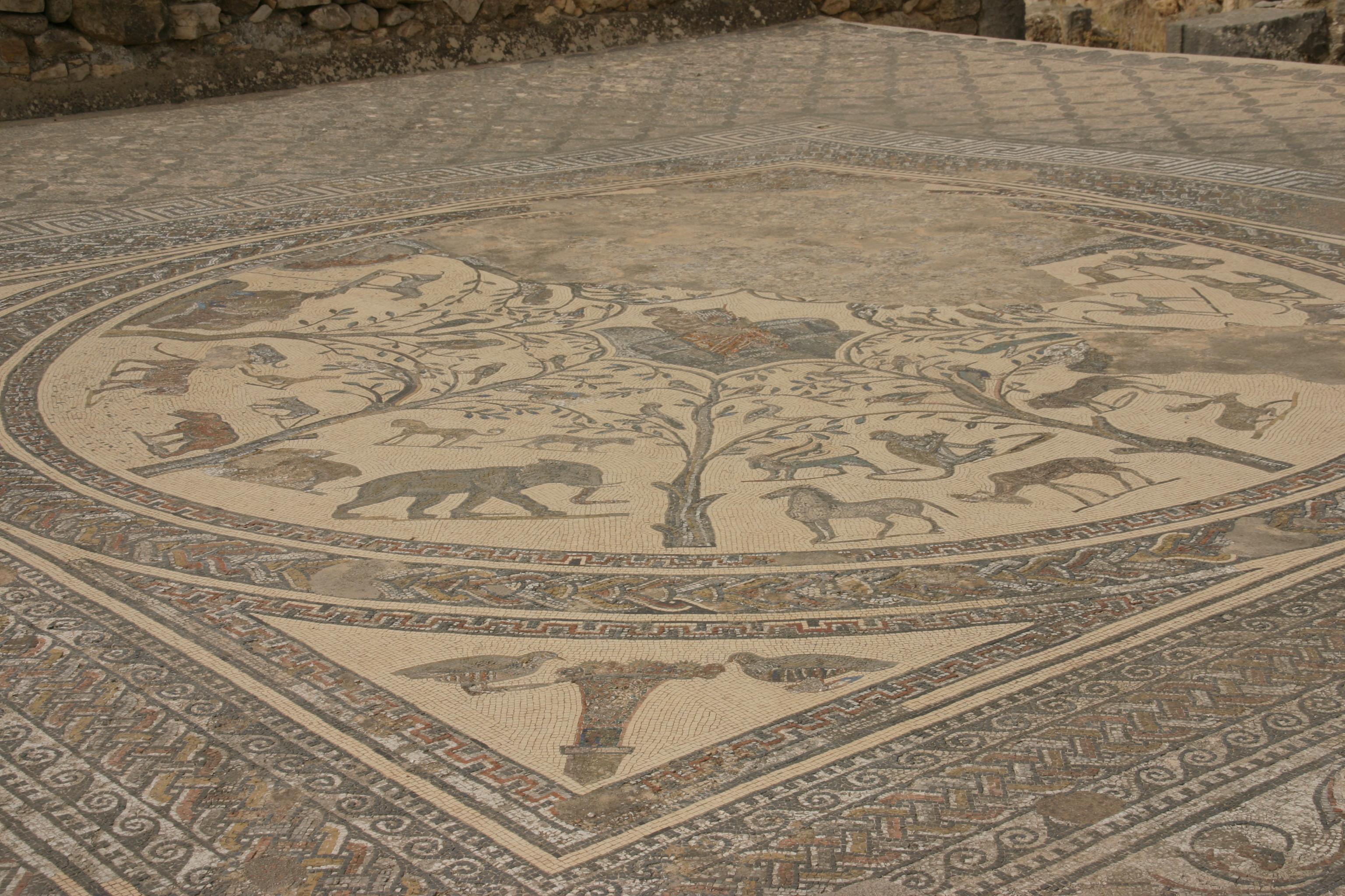 A római kori Volubilis az ország legjobban megmaradt romvárosa, a fekete afrikai területeket Európával összekötő karavánútvonal fontos állomásaként gazdagodott meg, majd a gazdagságát a karavánútvonal áthelyeződésével vesztette el, és nem sokkal utána el is néptelenedett