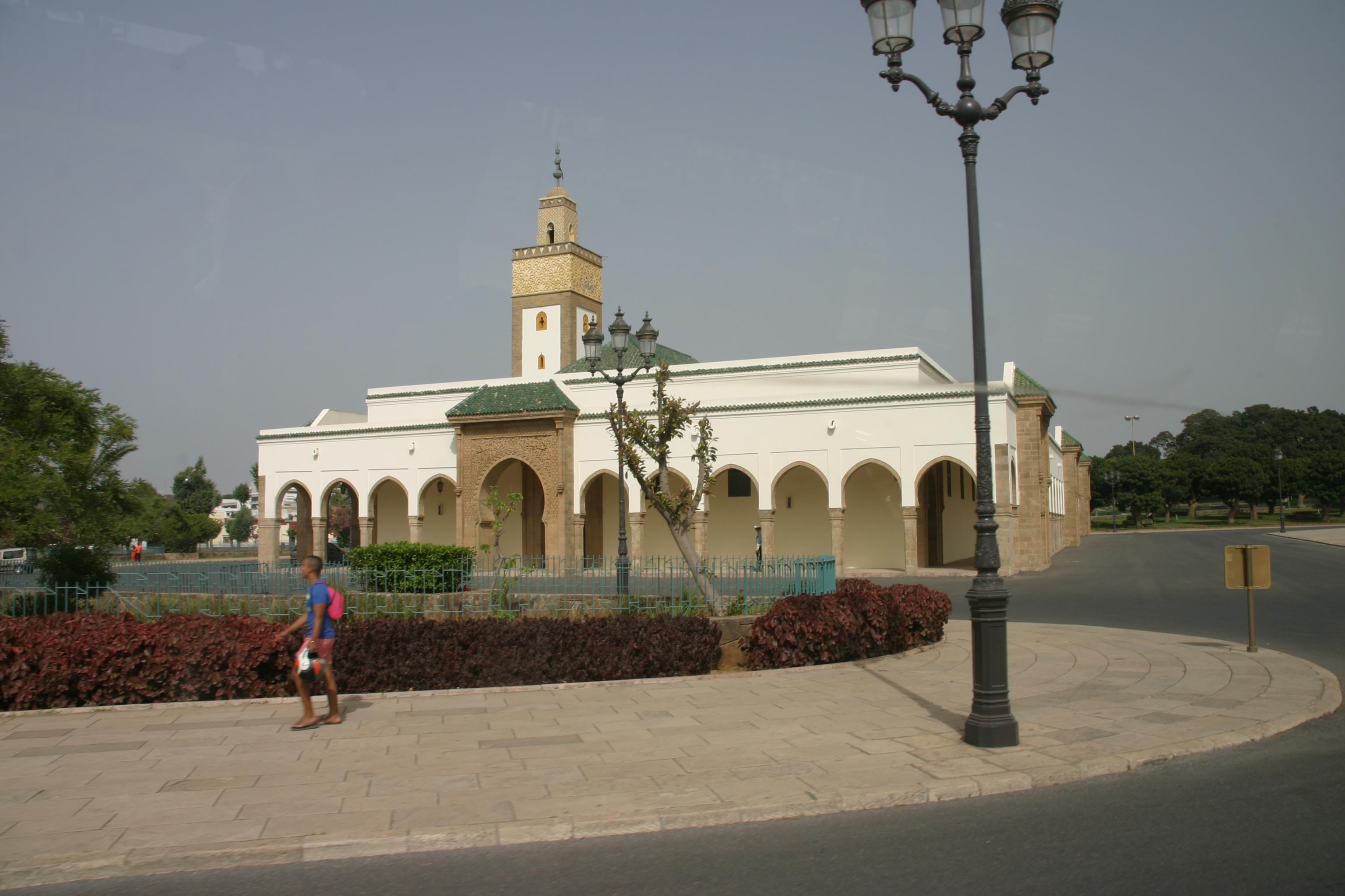 A központi királyi mecset Rabatban. <br />A jelenlegi Alavita dinasztia (17. sz-óta uralja az országot) az Idrisz és Szádi dinasztiákhoz hasonlóan szintén Mohamed próféta leszármazottja: a próféta lányának Fatimának és férjének Alinak a vérvonala.