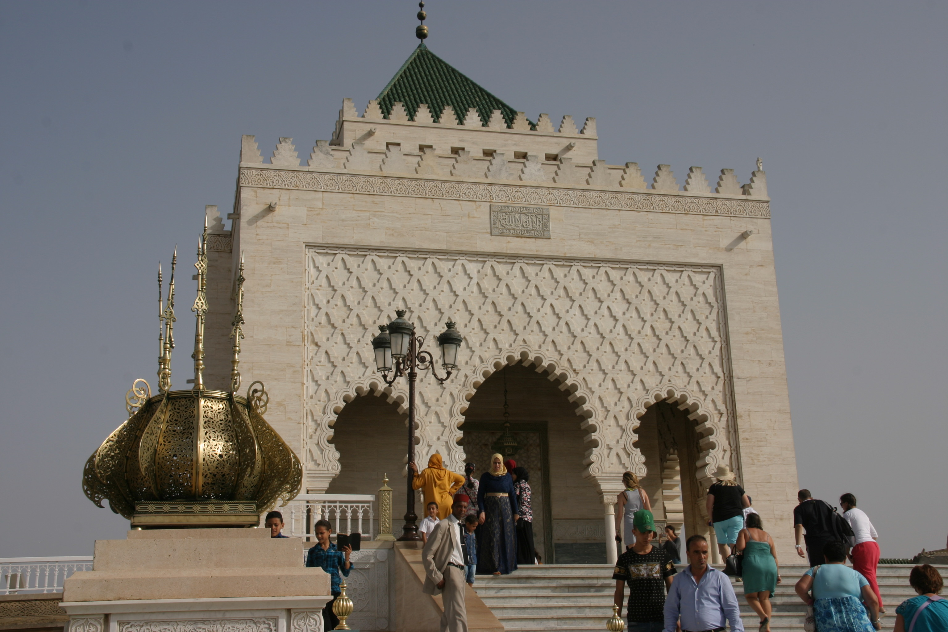 V. Mohamed király, Marokkót a francia és spanyol gyarmati uralom alól függetlenítő uralkodó mauzóleuma Rabatban. <br />A jelenlegi Alavita dinasztia (17. sz-óta uralja az országot) az Idrisz és Szádi dinasztiákhoz hasonlóan szintén Mohamed próféta leszármazottja: a próféta lányának Fatimának és férjének Alinak a vérvonala.