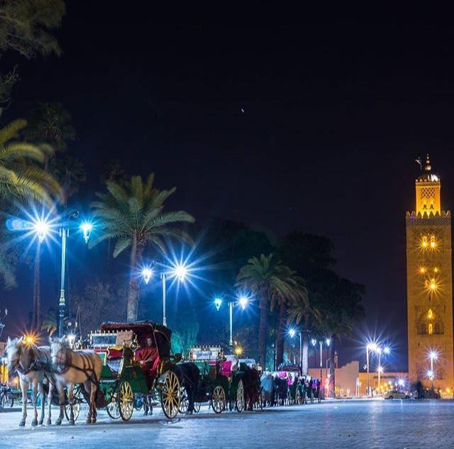 Marrakech és a könyvárusról elnevezett Kutubija mecset - erről mintázták a sevillai nagymecset minaretjét és befejezetlenül maradt rabati nagymecset Hasszán tornyát