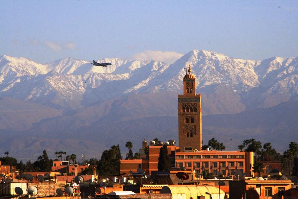 Marrakech panorámája az Atlasz-hegységgel