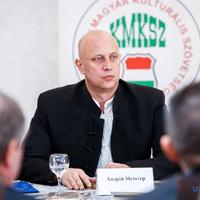 A Beregszászi régió falusi tanácsának elnöke tolmácson keresztül kommunikál az újságírókkal, mert gyakorlatilag nem használja ukránul (VIDEO)