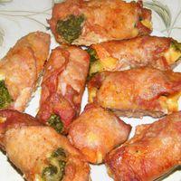 Sajttal, sonkával és zöldségekkel töltött karaj tekercsek