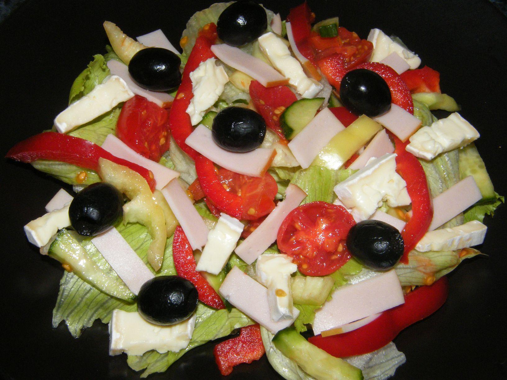 Fekete olívás-brie sajtos saláta.JPG
