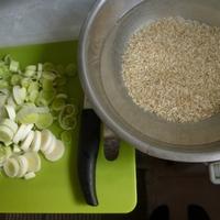 Póréhagymás csirkemáj zöldséges barnarizzsel