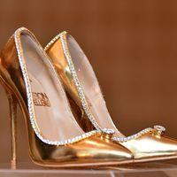 Több mint négymilliárd forintba kerül a világ legdrágább pár cipője
