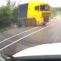 Így nem ütközött össze egy autó egy kamionnal