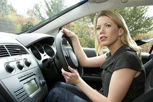 Az alacsony nők tizenöt nagy problémája autóvezetés közben
