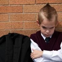 Kötelező iskolaköpeny versus iskolai formaruha