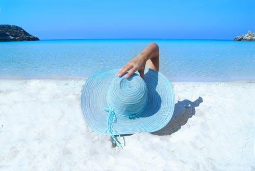 fashion-model-beach-hat.jpg