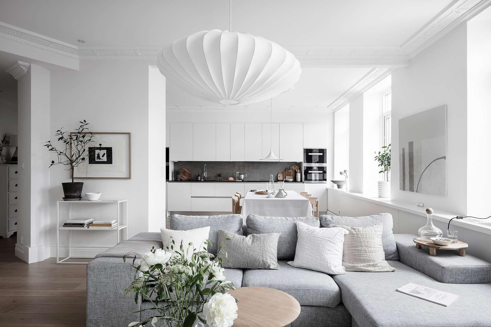 109 m2-es svéd lakás fehér konyhája