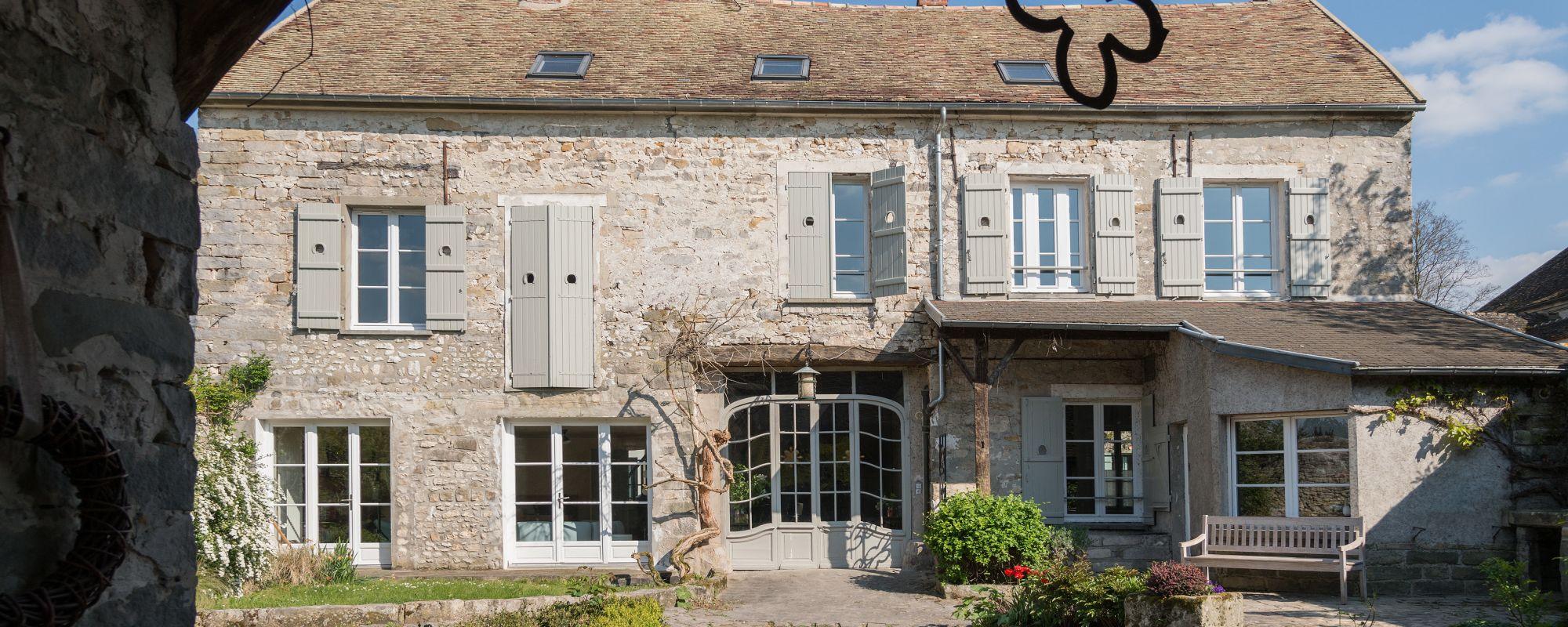 Ódon francia ház  szellős, modern berendezéssel