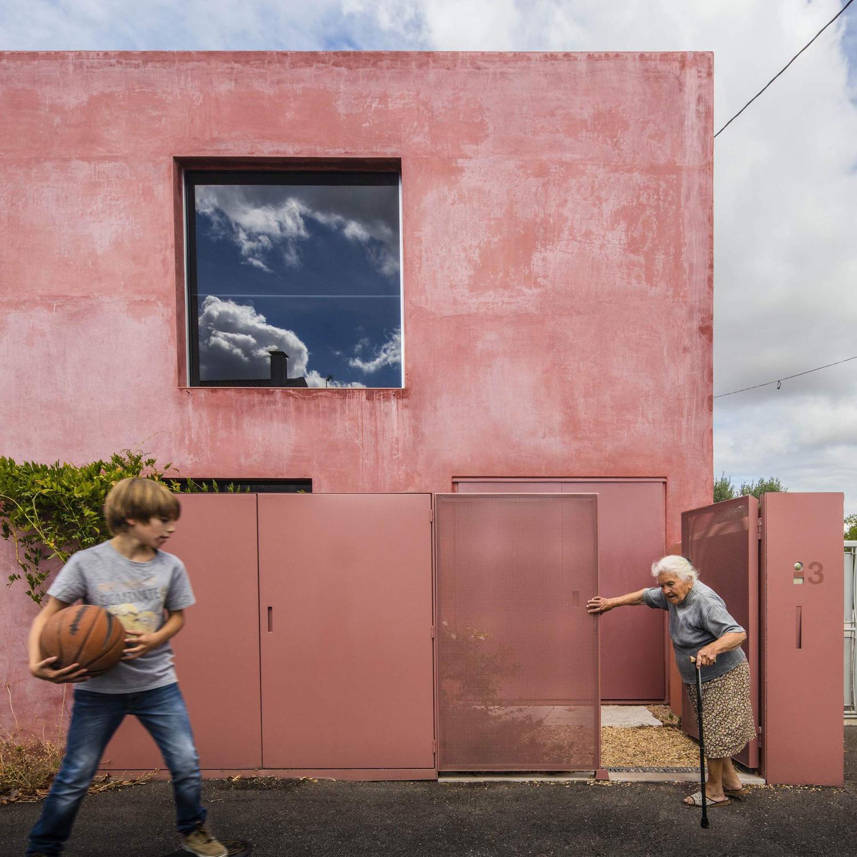 konyhasziget_minimal_haz_portugaliabol_red-house-in-setubal-portugal-by-extrastudio_3.jpg
