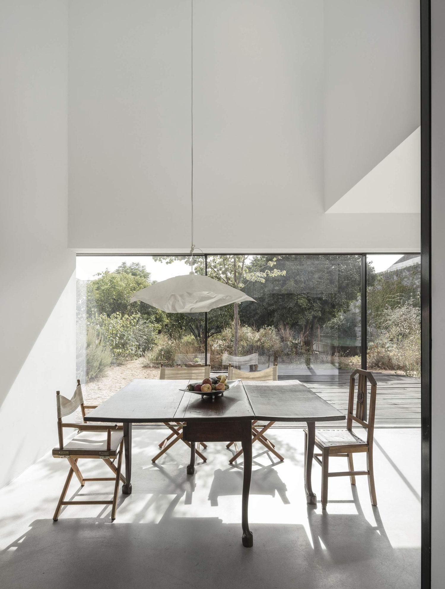 konyhasziget_minimal_haz_portugaliabol_red-house-in-setubal-portugal-by-extrastudio_7.jpg