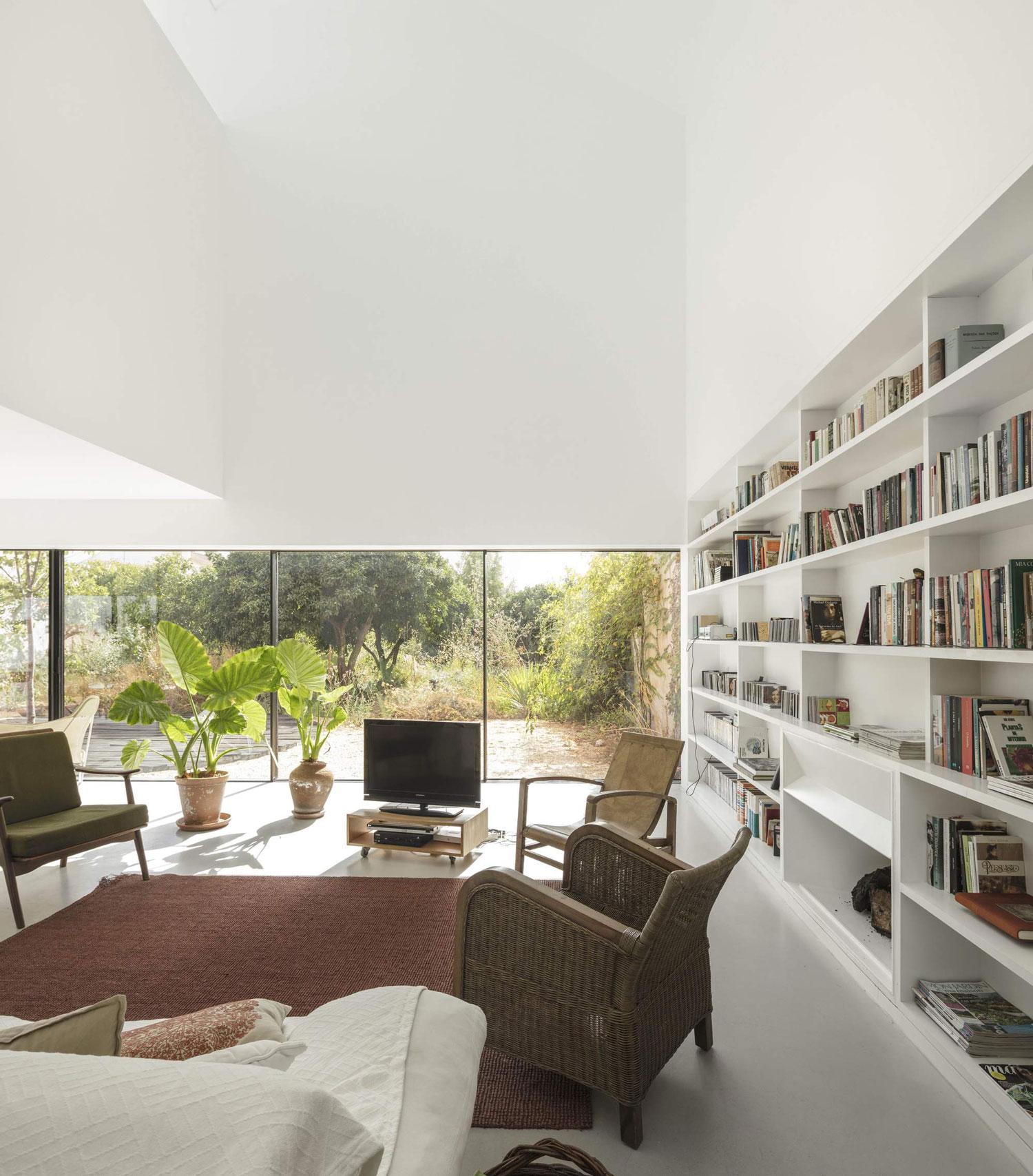 konyhasziget_minimal_haz_portugaliabol_red-house-in-setubal-portugal-by-extrastudio_9.jpg