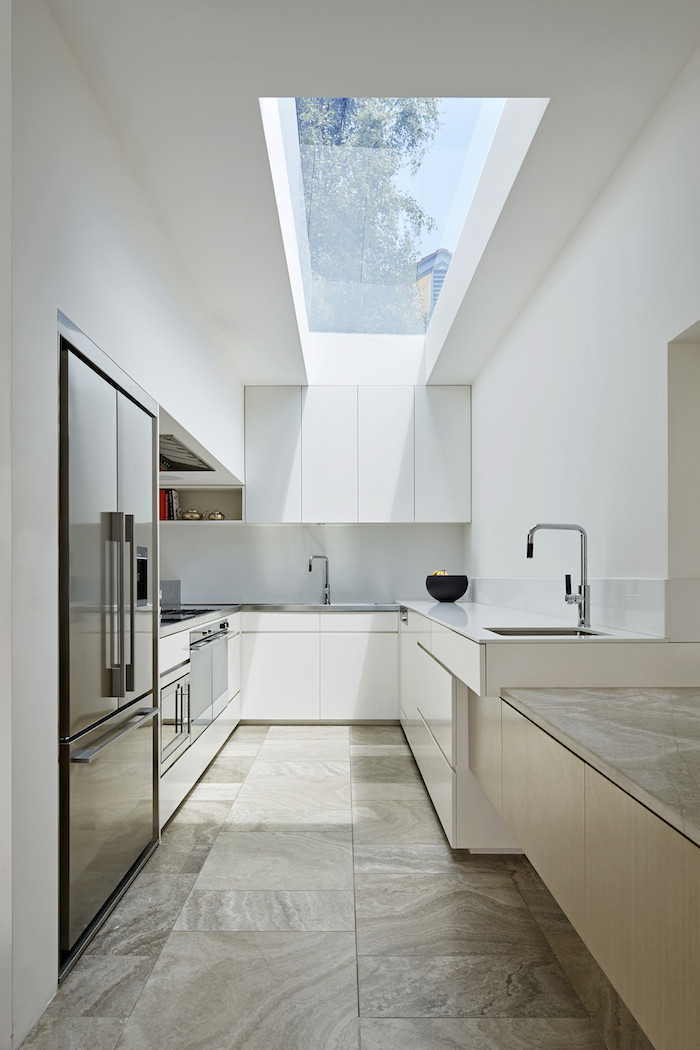 konyhasziget_nagy_ablakos_konyhak_galley-kitchen-photo-peter-clarke.jpg