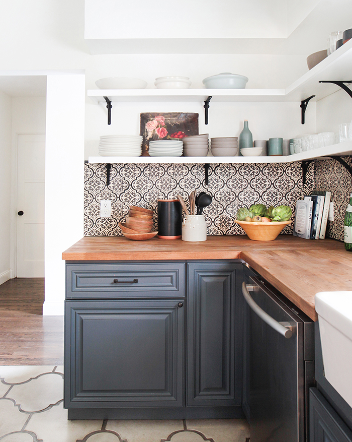 konyhasziget_rusztikus_konyhabutor_california-country_kitchen_emily-henderson_blue-wood-concrete-tile-open-shelving-causal_5_2.jpg
