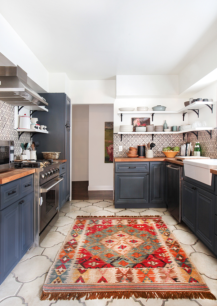 konyhasziget_rusztikus_konyhabutor_california-country_kitchen_emily-henderson_blue-wood-concrete-tile-open-shelving-causal_5_3.jpg