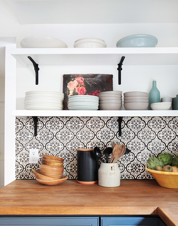konyhasziget_rusztikus_konyhabutor_california-country_kitchen_emily-henderson_blue-wood-concrete-tile-open-shelving-causal_5_4.jpg