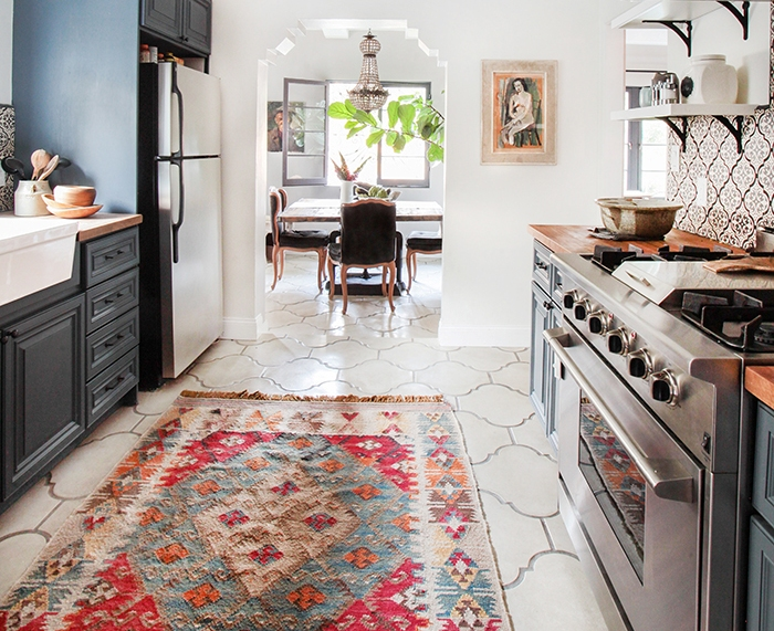 konyhasziget_rusztikus_konyhabutor_california-country_kitchen_emily-henderson_blue-wood-concrete-tile-open-shelving-causal_5_5.jpg