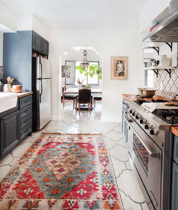 konyhasziget_rusztikus_konyhabutor_california-country_kitchen_emily-henderson_blue-wood-concrete-tile-open-shelving-causal_5_6.jpg