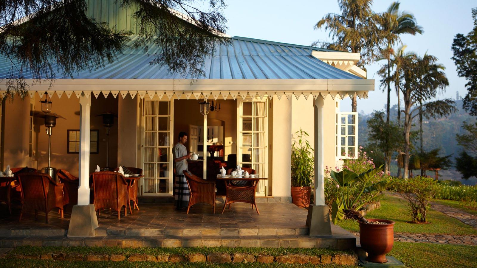 konyhasziget_ut_a_teahoz_setting-breakfast-on-terrace-castlereagh.jpg
