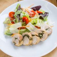Zöldfűszeres csirkecombfilé salátákkal