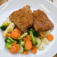 Halszeletek diós bundában vajas-finomfűszeres zöldségekkel