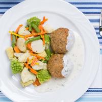Árpagyöngyös húsgombóc sajtmártással és fűszeres zöldségekkel