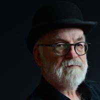 Gaiman szerint Pratchettet a düh és a szeretet vezérelte