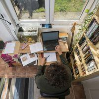 Így néz ki Totth Benedek dolgozószobája
