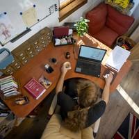 Így néz ki Varró Dániel dolgozószobája