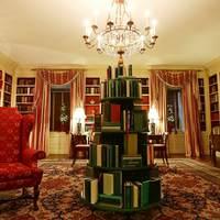 Zöld könyvekből emelt karácsonyfát Melania Trump