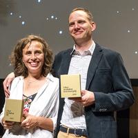 Hallgatással és humorral nyerték meg a Libri-díjat
