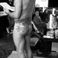 Meztelen férfiak Brontë-t olvasnak