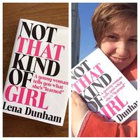 Lena Dunham saját könyvével pózol