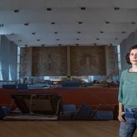 Egy kiállítás képe – Mán-Várhegyi Réka: A tévé előtt kuporgó kislány én vagyok
