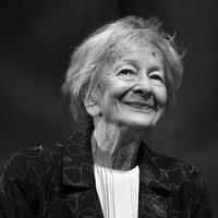 Hat író, aki 2012-ben hunyt el