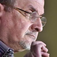 Rushdie kiakadt a Charlie Hebdót kritizálókra