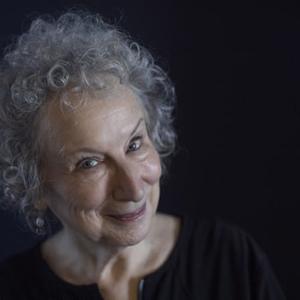 Atwood és Rushdie új regénye is felkerült a Booker-díj rövidlistájára