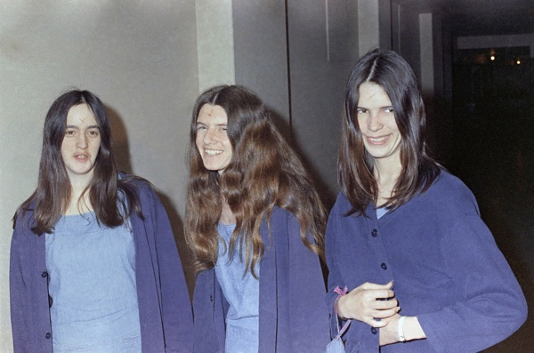 A Tate-gyilkosságokkal vádolt Susan Atkins, Patricia Krenwinkel és Leslie Van Houten a bíróságra menet 1969-ben
