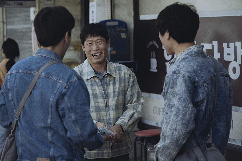 A derék börtönőr (Yu Hae-jin) az életét kockáztatva szivárogtat bizalmas információkat