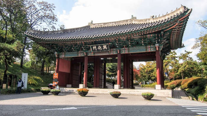 6_heunghwamun_gate_the_front_gate_of_gyeonghuigung_palace_in_seoul_700x393.jpg