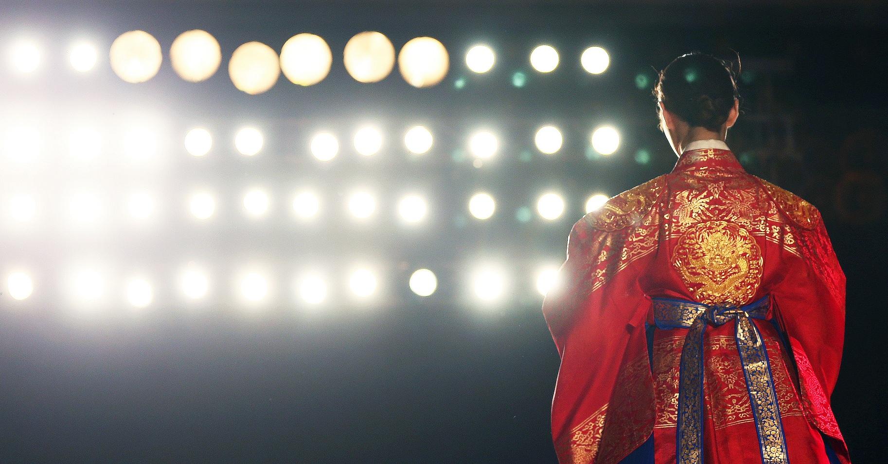 Sárkánymotívummal díszített uralkodói hanbok egy divatbemutatón (forrás: korea-net)