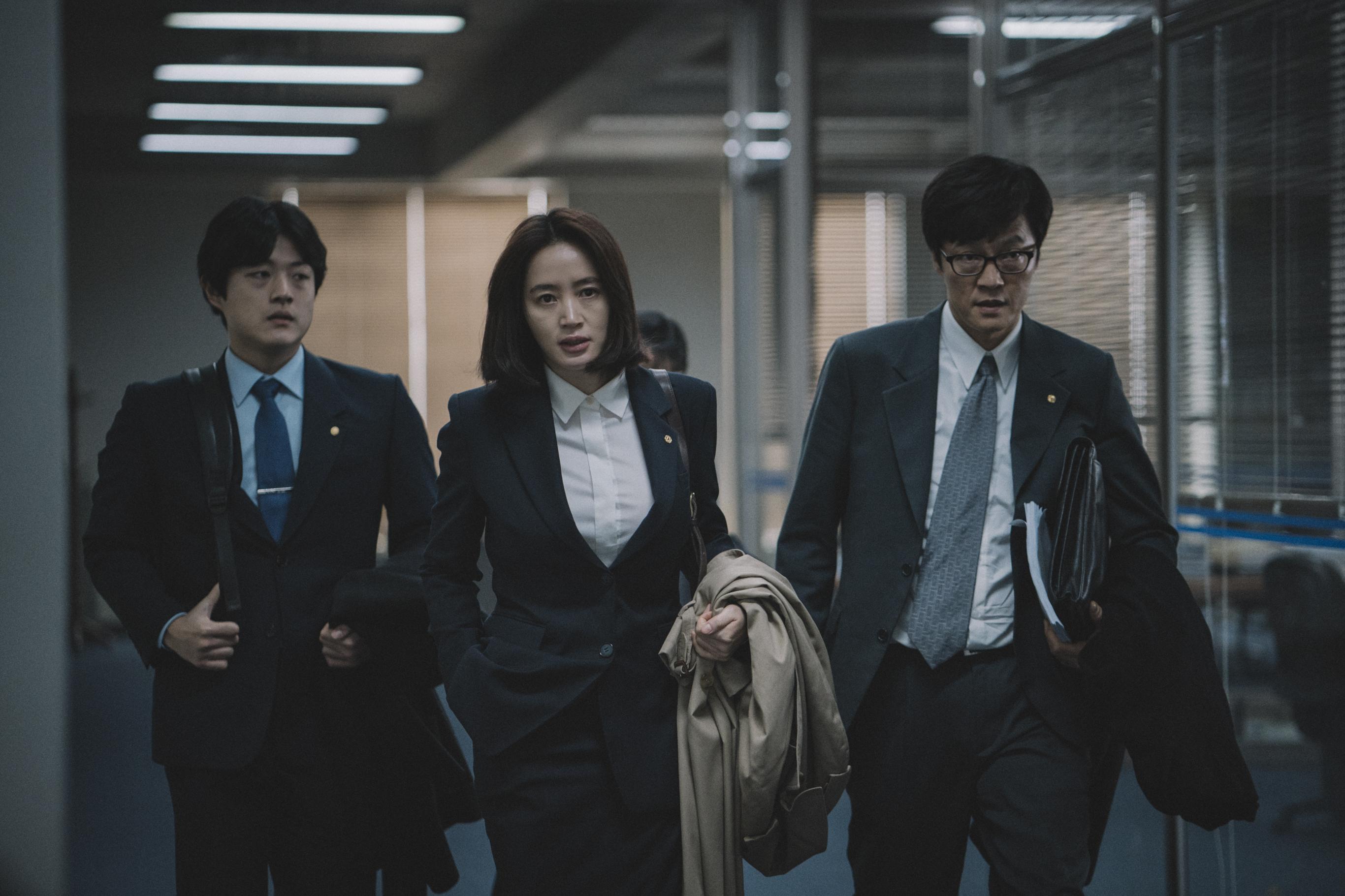 Han Sihjon (Kim Hye-Soo) és válságstábja szélmalomharcot vív a politika ellen