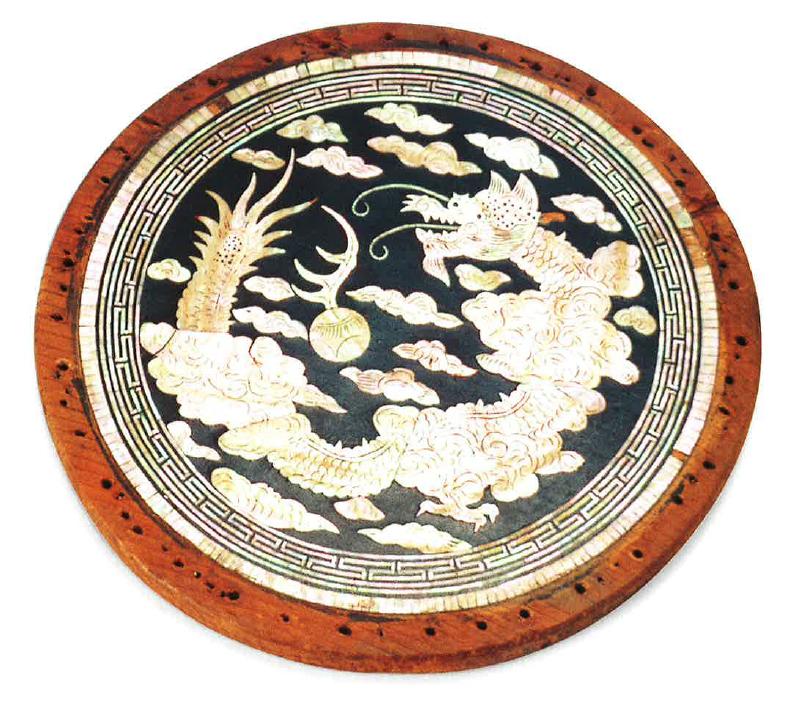 Gyöngyházberakásos használati tárgy sárkány és felhő motívummal, 19-20. század (Leeum Museum gyűjteménye)
