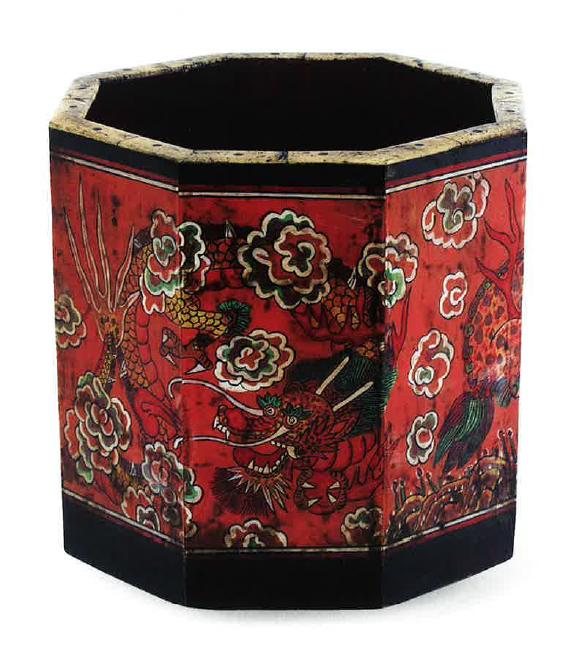 Sárkánymintával díszített tolltartó fadobozka, 19. század (Gyeonggi Provincial Museum gyűjteménye)