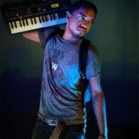 Brian London billentyűs KORG termékeken játszik a Rihanna turnén