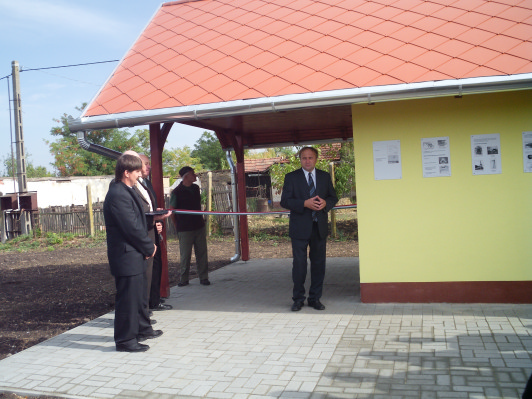 A felújított szivattyúház átadása ünnepélyes keretek közt (forrás: https//: kaszaper/hufalunap2012.htm